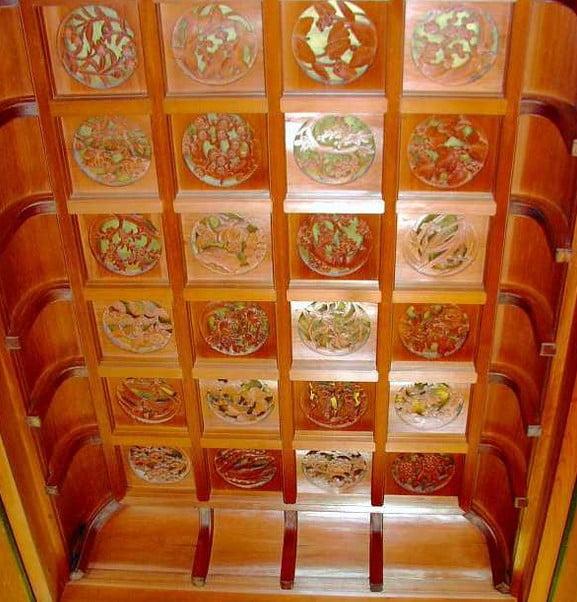 上々壇の天井には花の彫刻が施され
