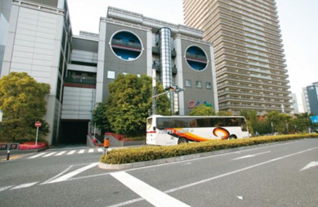 「湊町バスターミナル(OCAT)」は、JR難波駅に隣接している「オーキャット(OCAT)」ビルの2階にあります。