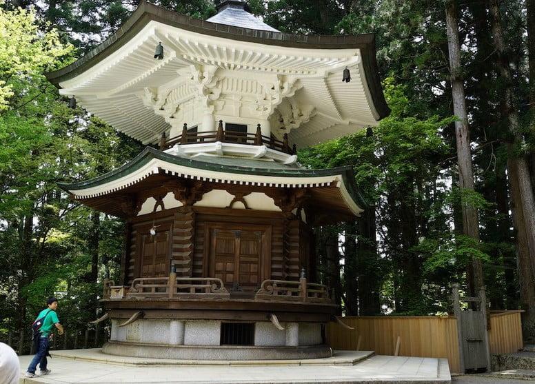 高野山・壇上伽藍「六角経蔵(ろっかくきょうぞう)」