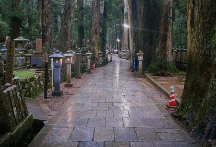 高野山・奥の院には秘密の地下室があって観光も納骨もできる!?「納骨の費用・祈祷料」について