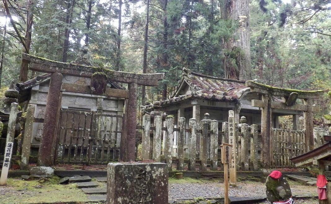 高野山・奥の院「越前松平家(えちぜんまつだいらけ)の石廟(せきびょう)」